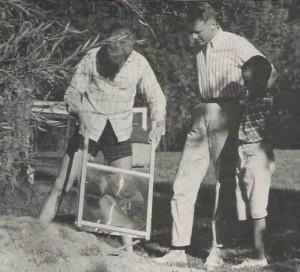 """Jag med en ram med Edmund Scientific 14"""" solar fresnel lens. Cirka 1960s"""
